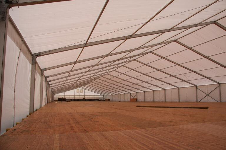Zelt im Aufbau